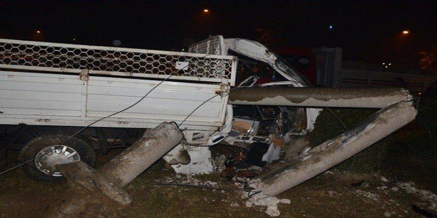 Kamyonet beton direğe çarptı: 1 ölü 1 yaralı