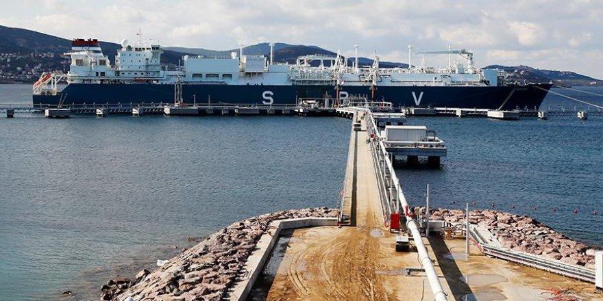 Türkiye'nin ilk yüzen LNG santrali İzmir'e demirledi