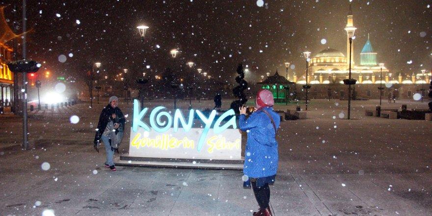 Konya'da kar yağışı gece etkisini artırdı