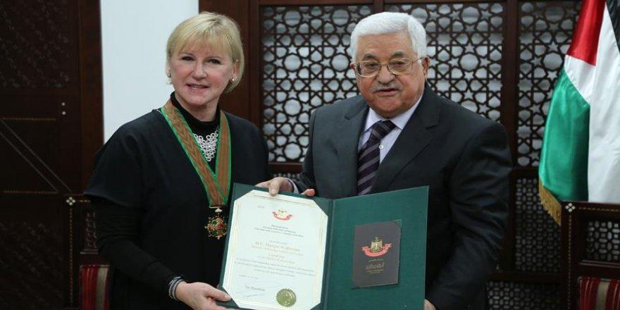 """Abbas, İsveçli bakana """"Kudüs Yıldızı Nişanı"""" takdim etti"""