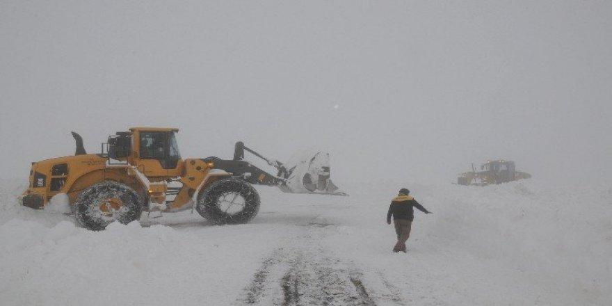 Karla mücadele ekibinin zorlu yol açma çalışması