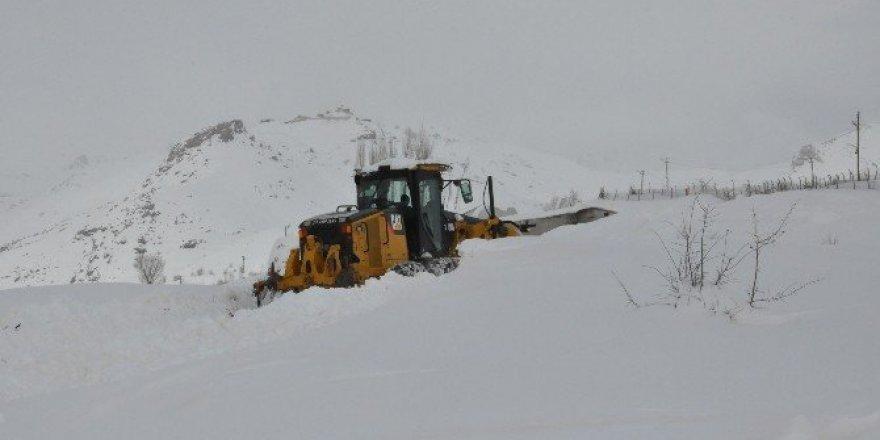 Hakkari'de 18 köy, 69 mezra yolu ulaşıma kapandı