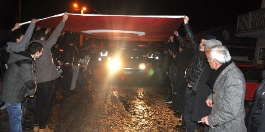 'Olay var' diye gittiler bayrak ve meşalelerle karşılandılar