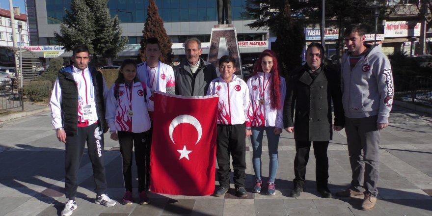 Beyşehir'de sporcular madalyalarını şehitlere armağan etti