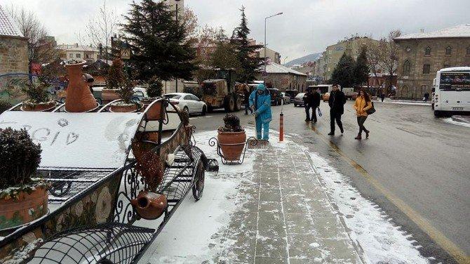 Isparta' da kar yağışı hayatı olumsuz etkiledi
