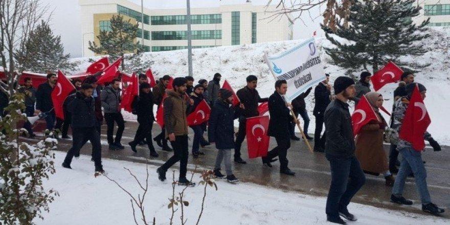 Öğrencilerden 'şehitlere saygı' yürüyüşü