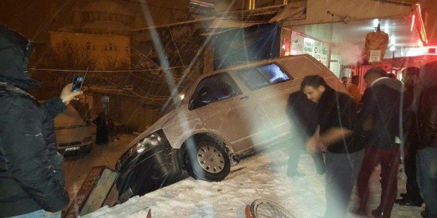 Karda virajı alamayan minibüs devrildi