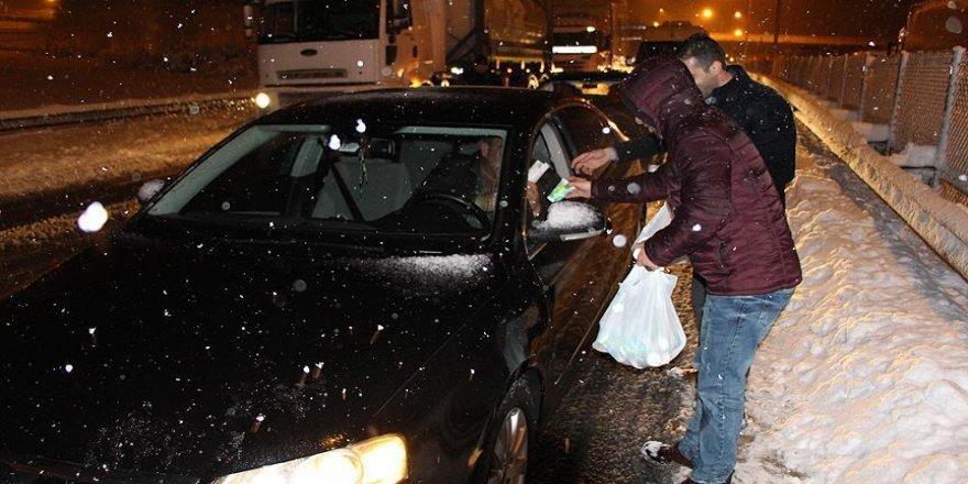 Yoğun kar yağışı nedeniyle yolda kalanlara kumanya dağıtıldı