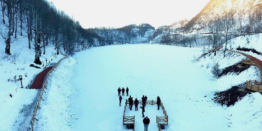 Yüzeyi buz tutan Ulugöl'e ziyaretçi akını