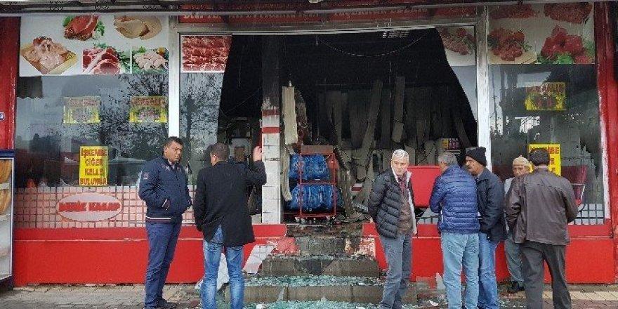 Antalya'da yıldırım düşen dükkan harabeye döndü