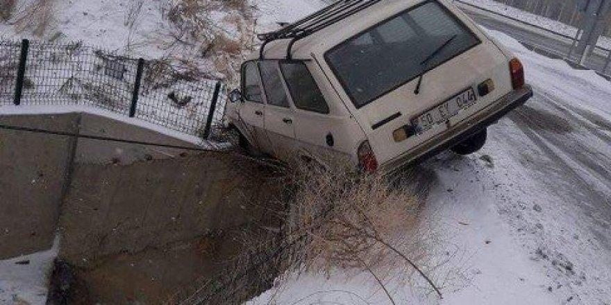 Otomobil şarampole uçmaktan son anda kurtuldu