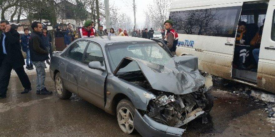 Öğrenci servisi ile otomobilin karıştığı kazada 12 kişi yaralandı