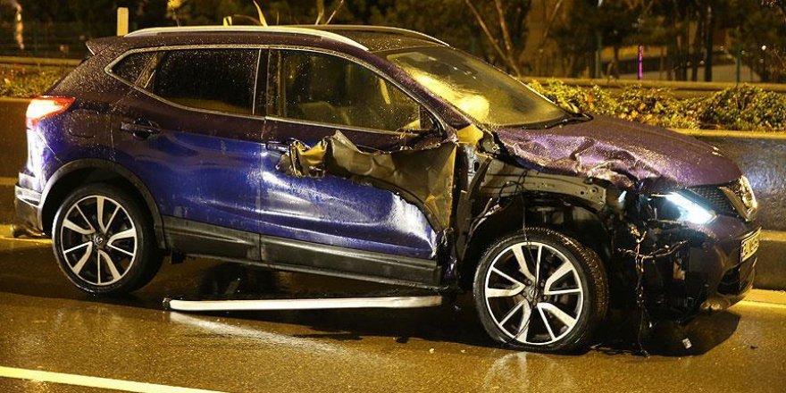 Kaza yaptığı yere reflektör koyarken otomobil çarptı
