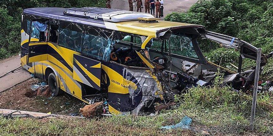 Malezya'da otobüs nehre düştü: 14 ölü