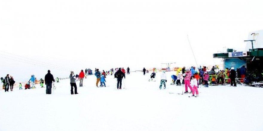 Tatilciler Palandökende kayağın tadını çıkarıyor