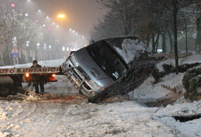 Elazığ'da kar yağışı ile birlikte kazalar meydana geldi