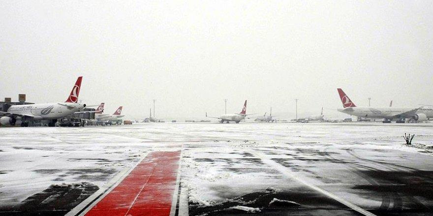 Kars ve Ağrı'da hava ulaşımına kar engeli
