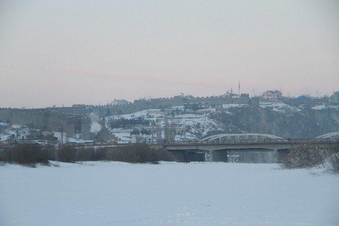 Ardahan'da Sibirya soğukları esnafı vurdu