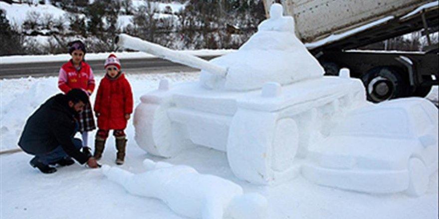 15 Temmuz'u kardan hazırladığı figürlerle anlatıyor