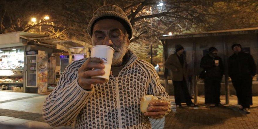Bir tas çorbayla evsizlere 'umut' oluyorlar