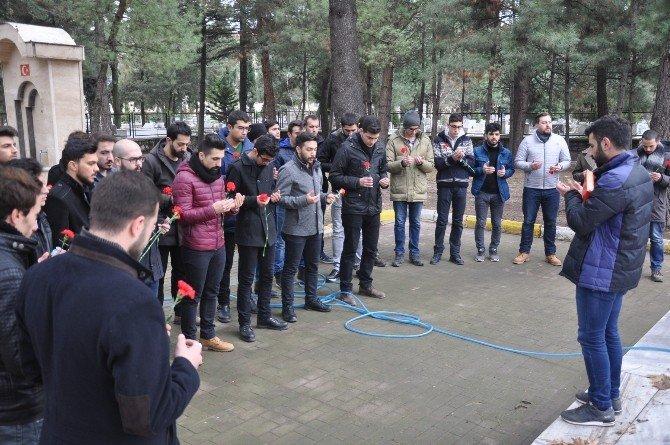 Üniversiteliler hem şehitliği temizledi, hem dua etti