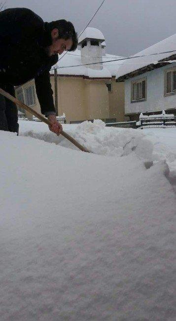 Cami imamı, kardan camiye gelemeyen cemaatin yollarını açıyor