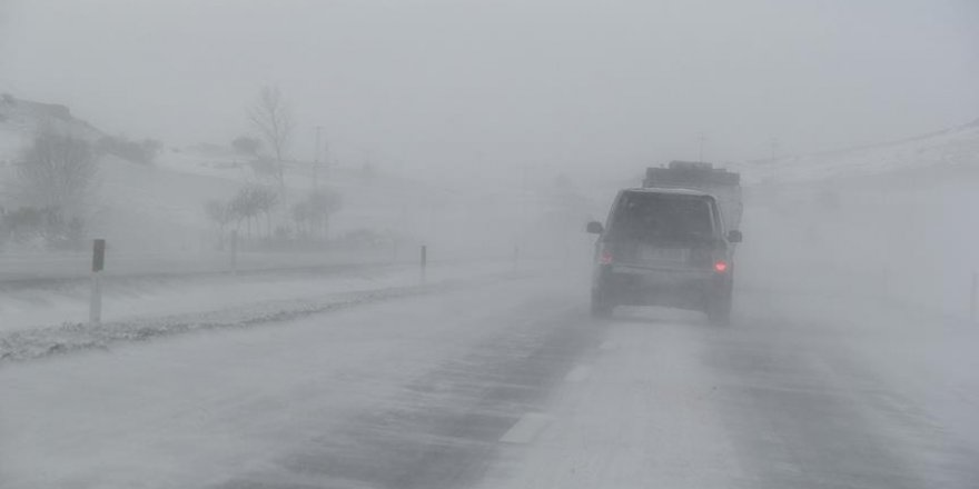 Afyonkarahisar-Ankara karayolu kar ve tipiden ulaşıma kapandı