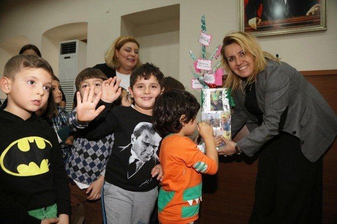 Miniklerden Uyar'a yeni yıl ziyareti
