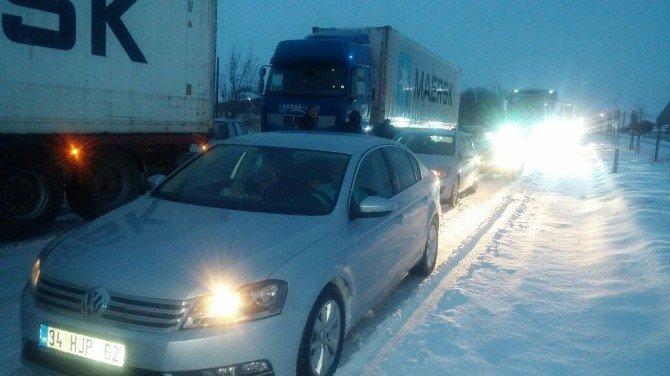 Devrilen tır Ankara-Konya yolunu ulaşıma kapattı