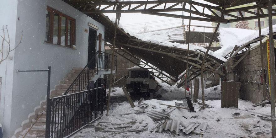 Yoğun kar yağışı tamirhanenin tavanını çökertti!