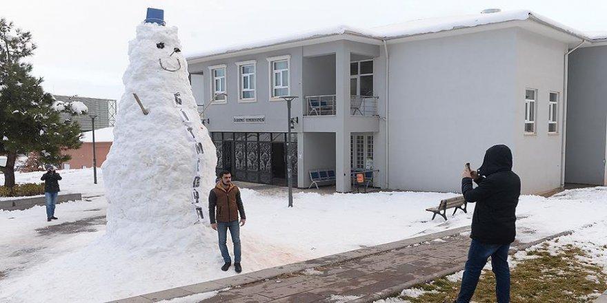 Öğrenciler dev kardan adam yaptı