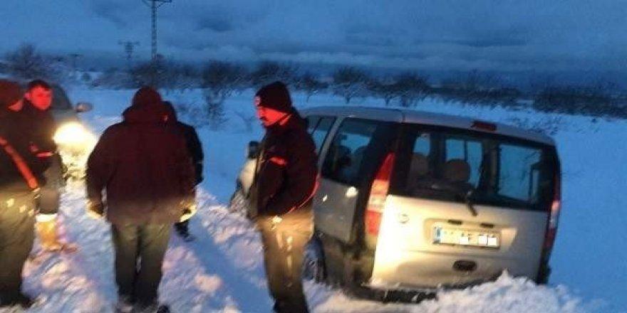 Bilecik AFAD, araçları kara saplanan baba ve oğlunu kurtardı