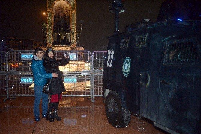Taksim'de polise sevgi gösterisi