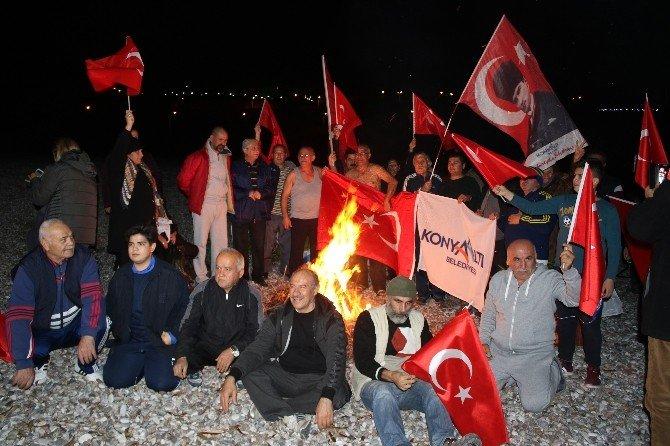 Yeni yıla denizde Türk bayrağı açarak girdiler