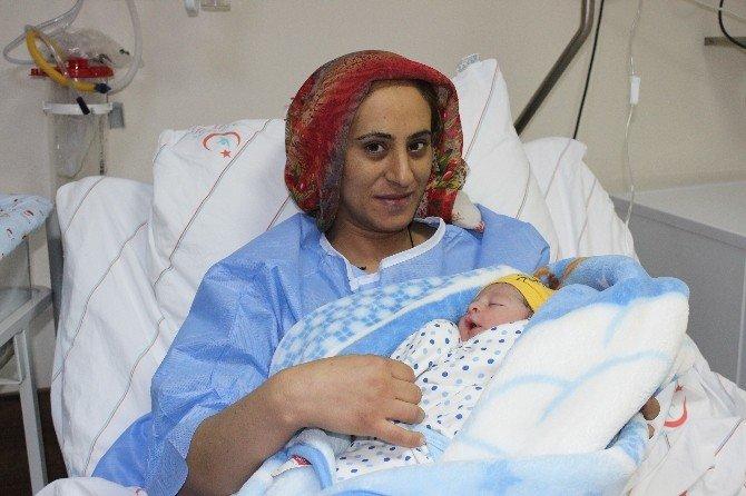 """Adıyaman'da yeni yıl bebeği """"Abdullah Caner"""" Oldu"""