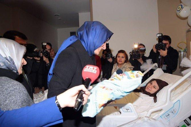 Bakan Kaya Ümraniye'deki yılın ilk bebeğini ziyaret etti
