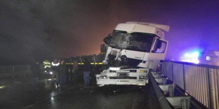 Gizli buzlanma trafik kazasına neden oldu: 13 yaralı