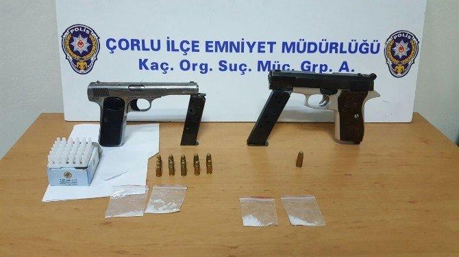 Şüpheli araçta 2 tabanca ve uyuşturucu çıktı