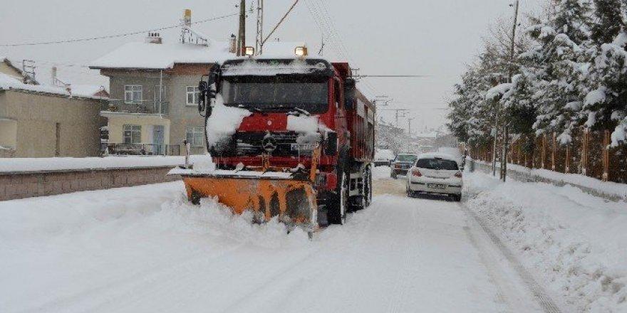 Meram'da 6 bin 300 sokakta kar temizleme çalışması yapılıyor