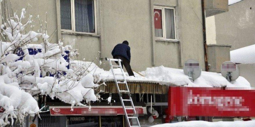 İş yerlerinin önündeki tente kardan çöktü