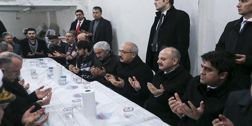 Kalkınma Bakanı Elvan'dan Soner Yılmaz'ın ailesine taziye ziyareti