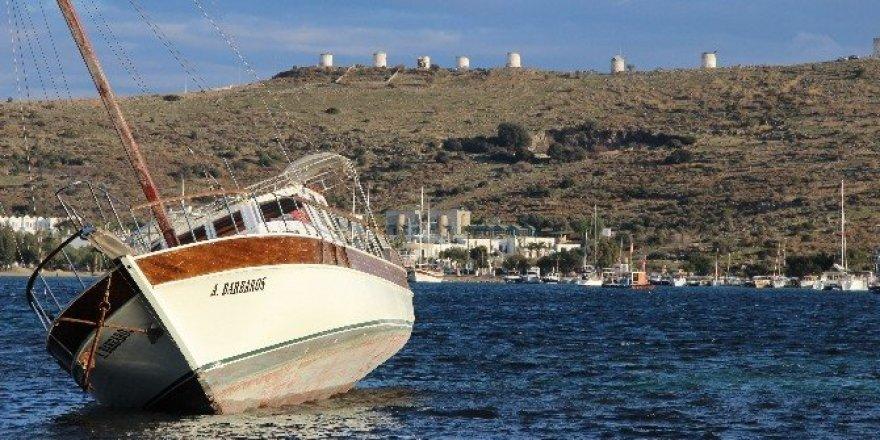 Karaya oturan 2 yüz bin liralık tekne kaderine terk edildi