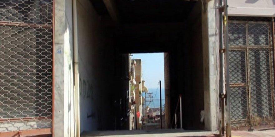 5 katlı binanın altından sokak geçiyor