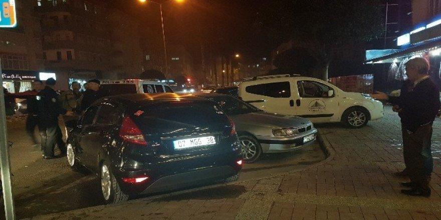 Otomobil kaldırıma yayaların arasına daldı: 4 yaralı