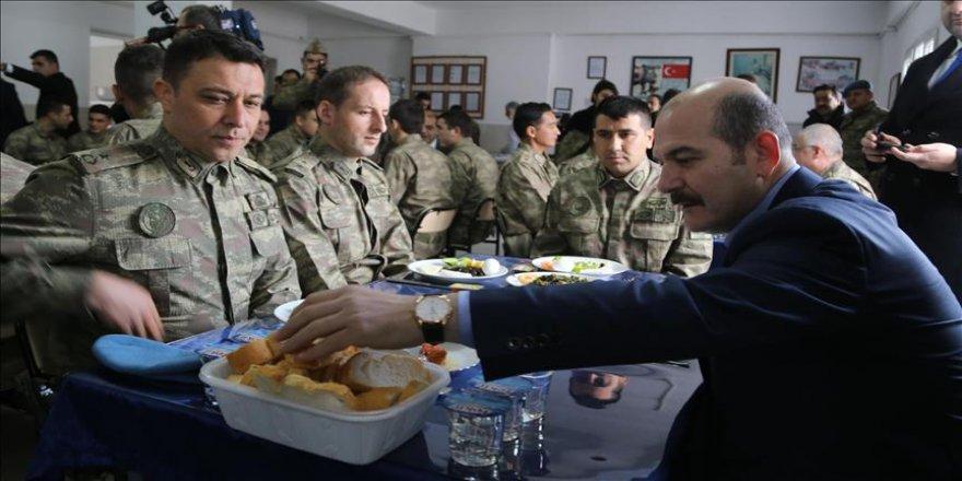 İçişleri Bakanı Soylu Hatay'da askerlerle kahvaltı yaptı