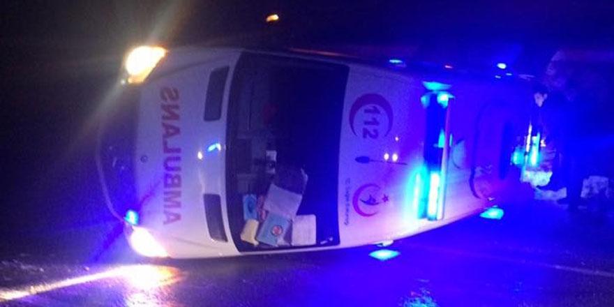 Hasta taşıyan ambulans devrildi