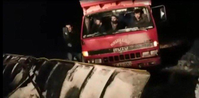 Karda mahsur kalan çiftçiler kurtarıldı