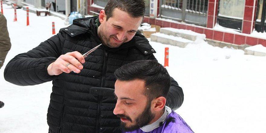 'Hararetli berber'den kar yağışı altında tıraş