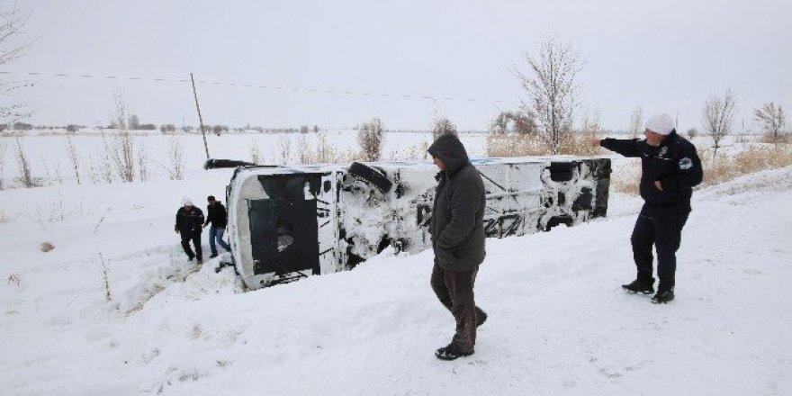 Konya'da yolcu otobüsü şarampole devrildi