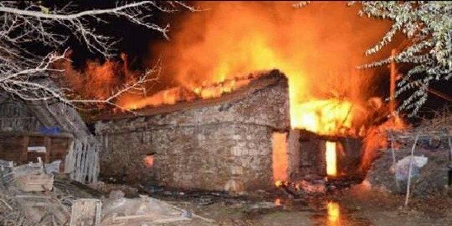 İspir'de 3 ev ve 4 ahır kül oldu